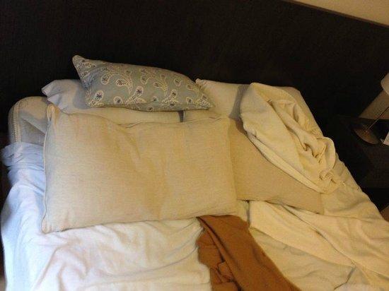 El Conquistador Hotel: Travesseiros em péssimas condições e pouco confortáveis