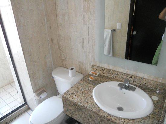 Dali Plaza Hotel: El baño muy iluminado