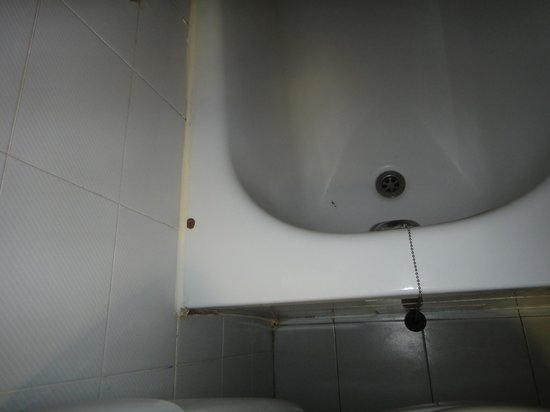 Lev Yerushalayim: Chipped bathtub, dirt and mold