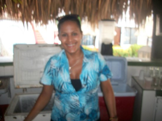 """Isla Caribe Beach Hotel : Esta es  """"Zura"""", quien atiende el bar del área de cascada."""