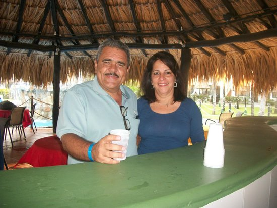 Isla Caribe Beach Hotel : Disfrutando del bar.