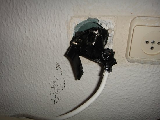 Lev Yerushalayim : Hazardous TV wall-outlet with lot of exposed cables