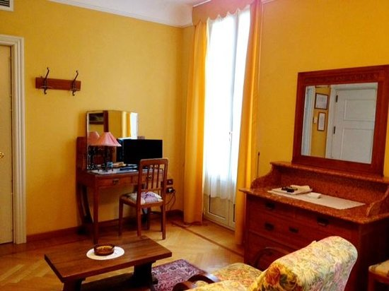 Hotel Olivedo: Great room with period furniture