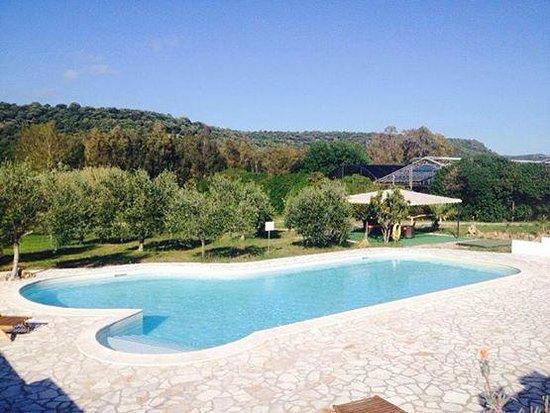 Il Sogno di Alghero : la piscine et vue sur les collines
