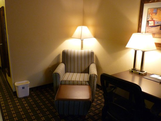 Comfort Inn Marion: Additional lounge chair with ottoman