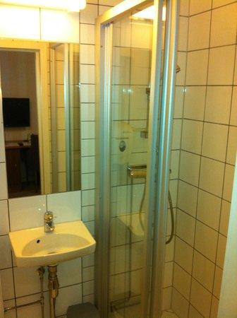 Best Western Karl Johan Hotell: Box do banheio