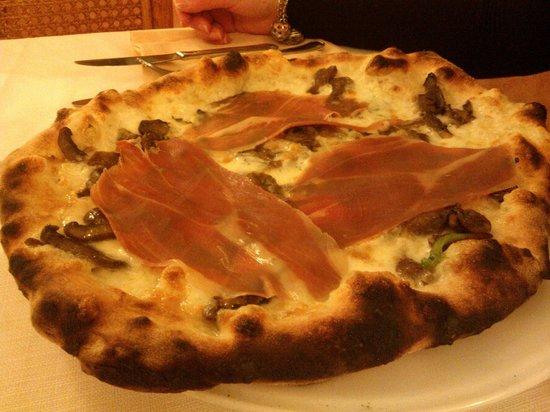 Villa Rubinacci: Pizza prosciutto Crudo e Funghi