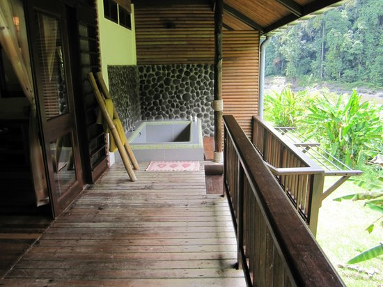 Borneo Rainforest Lodge : our outdoor bath and balcony