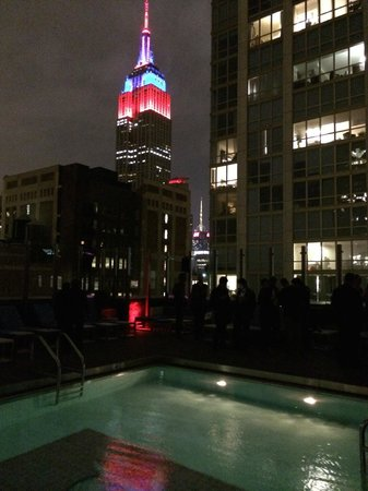 Gansevoort Park Avenue NYC: Rooftop pool view of the empire state building