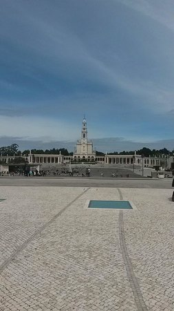 "Basilica of Nossa Senhora do Rosário de Fátima: La grande ""spianata"" di fronte al Santuario."