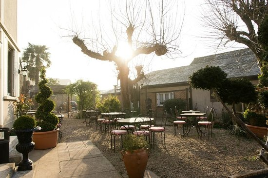Logis La Breche: Outdoor area of the hotel