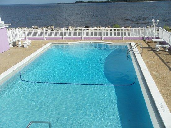 Beach Front Motel: pool