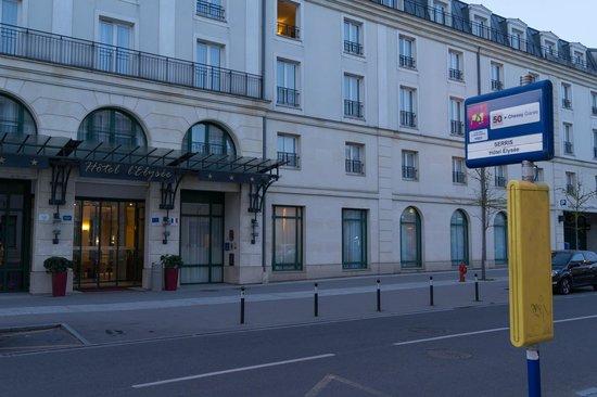 Hotel l'Elysee Val d'Europe: ホテルとバス停