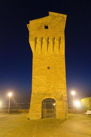 Albergo Quattro Gigli : Torre in paese