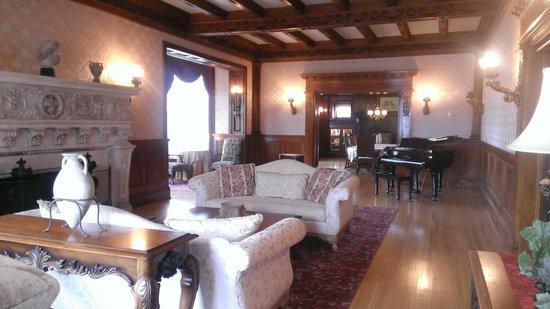 Cotton Mansion: living room/ Dining room
