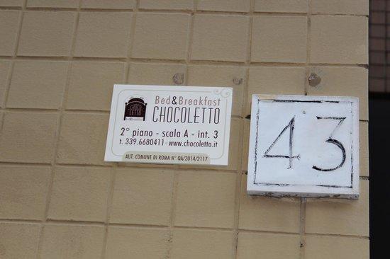 B&B Chocoletto : Indicazioni all'esterno del palazzo