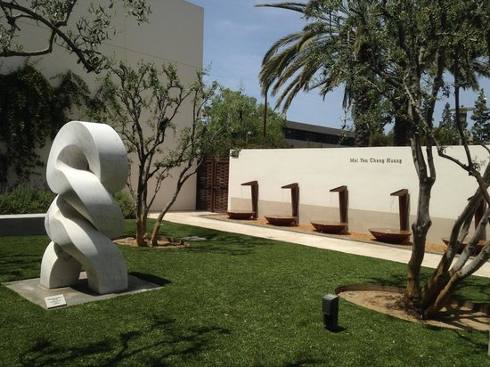 Bowers Museum of Cultural Art: Sculpture garden and fountains