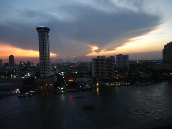 Royal Orchid Sheraton Hotel & Towers : More sunset