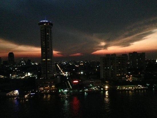 Royal Orchid Sheraton Hotel & Towers: Night view sunset