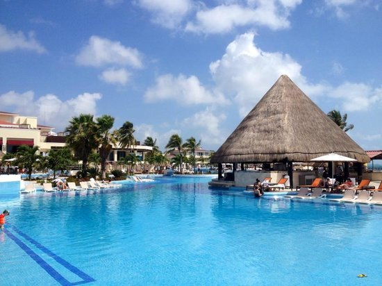 Moon Palace Cancun: Nice pools with bar