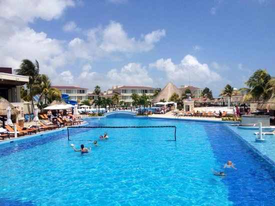 Moon Palace Cancun: Plenty of activities at the pool