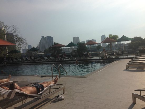Royal Orchid Sheraton Hotel & Towers: Pool over looking the river