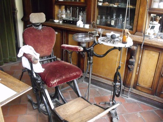 Blists Hill Victorian Town : Dentist chair