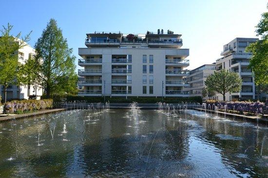 Novotel Suites Nancy Centre Hotel : L'hotel visto dai giardini d'acqua