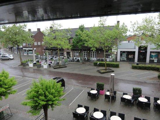 Het Wapen van Elst : Uitzicht op plein voor Hotel met stukje terras