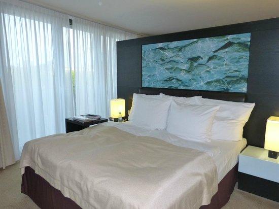Radisson Blu Hotel, Berlin: Cama king super confortyável