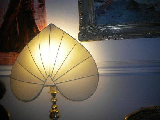 Hotel Sweet Home: una lampada particolare situata nella hall