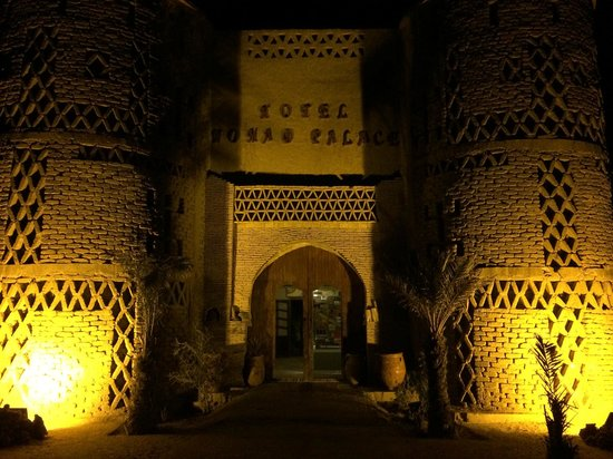 Hotel Nomad Palace: Hotel entrance by night
