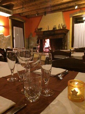 Trattoria Al Moraro: Il caminetto riscalda la sala