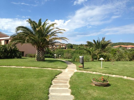 Cala Rosa Club Hotel: The little pathways of the hotel grounds