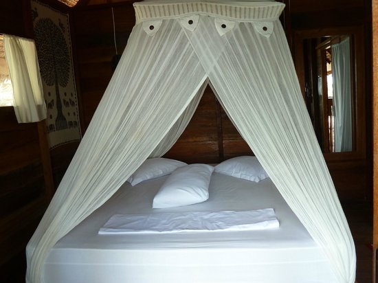 Casa Nemo Beach Resort and SPA: Bed in bungalow