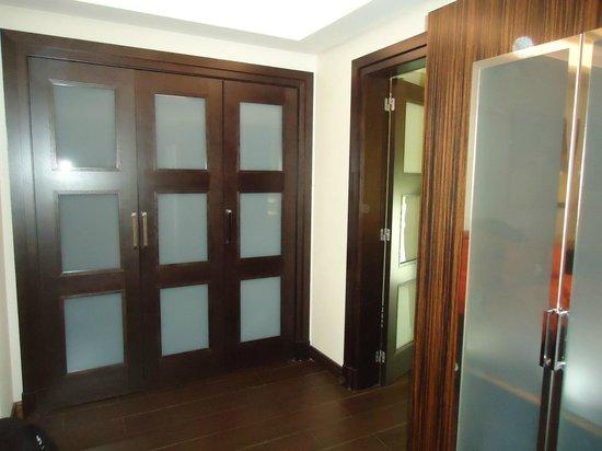 Vincci Seleccion Aleysa Hotel Boutique & Spa : Wardrobes in the Duplex Suite