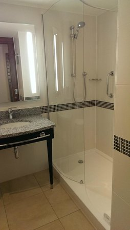 Hampton by Hilton London Waterloo: salle de bain ch. 518