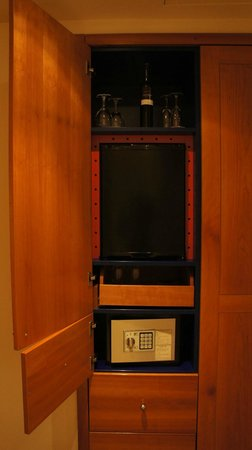 Hotel Das Triest: mini bar and safe vault