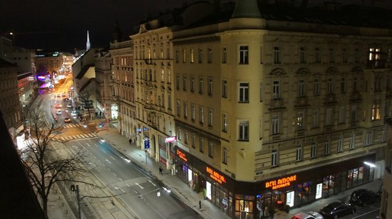 Hotel Das Triest: view from the room facing the street