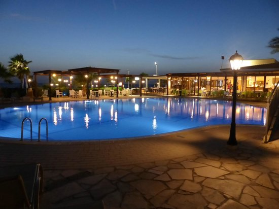 Kefalos Beach Tourist Village : Zwembad bij nacht