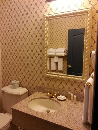 Blue Harbor Resort : Sink and mirror.