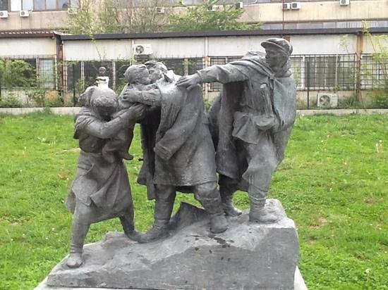 Museum of Socialist Art: Kissing goodbye to beloved, the man go to battle may never come back