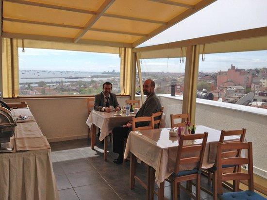 Sultanahmet Suite Life Hotel: Breakfast terrace on the top floor.
