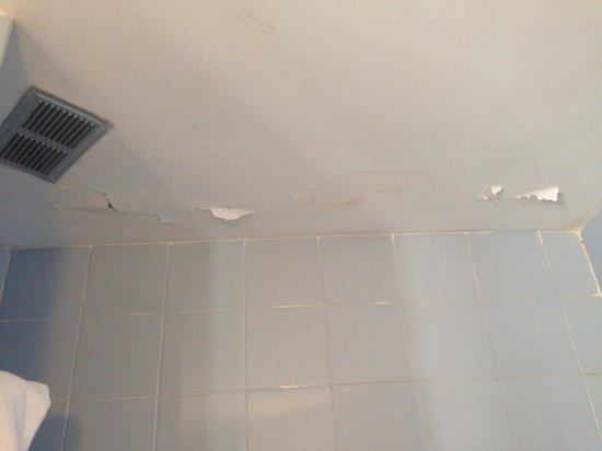 Hotel Don Bigote: Peeling ceiling