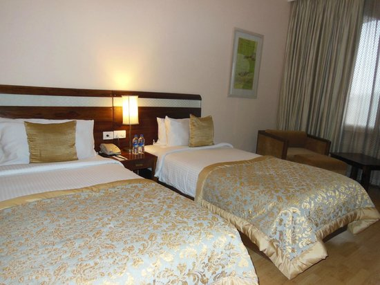The Gateway Hotel Ganges Varanasi : Beds are comfortable with sturdy crisp linens