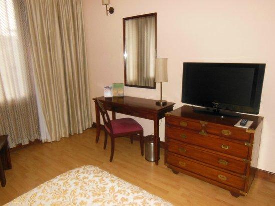 The Gateway Hotel Ganges Varanasi : The desk area in room 310