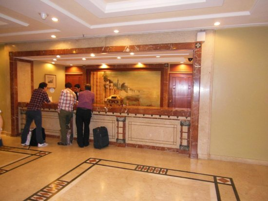 The Gateway Hotel Ganges Varanasi: Reception on the main lobby floor