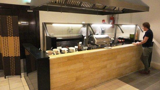 Holiday Inn Resort Dead Sea: Breakfast room - fresh omelettes made to order