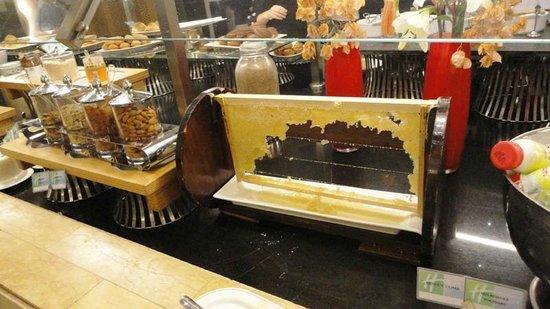 Holiday Inn Resort Dead Sea: Not just honey at breakfast - a proper honeycomb
