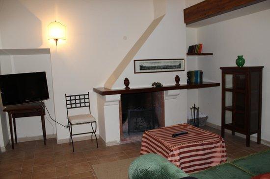 Casale di Tormaggiore: Salone con camino suite 3
